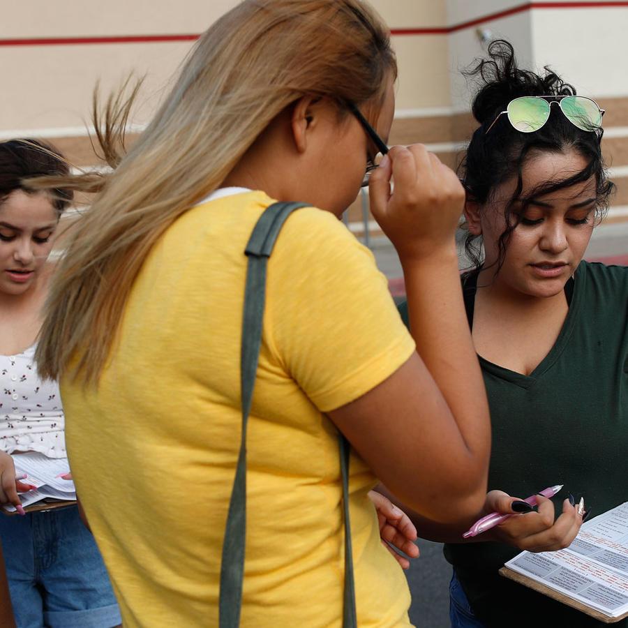 En esta foto del 15 de agosto de 2018, Maria Nieto, derecha, y Alma Romo, la segunda desde la izquierda, registran a las personas para votar en Las Vegas. AP