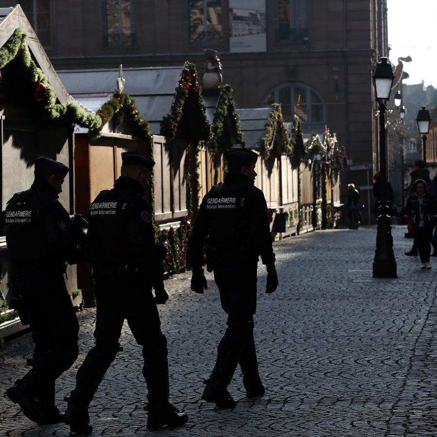 Policías franceses fuertemente armados patrullan el mercado navideño de Estrasburgo