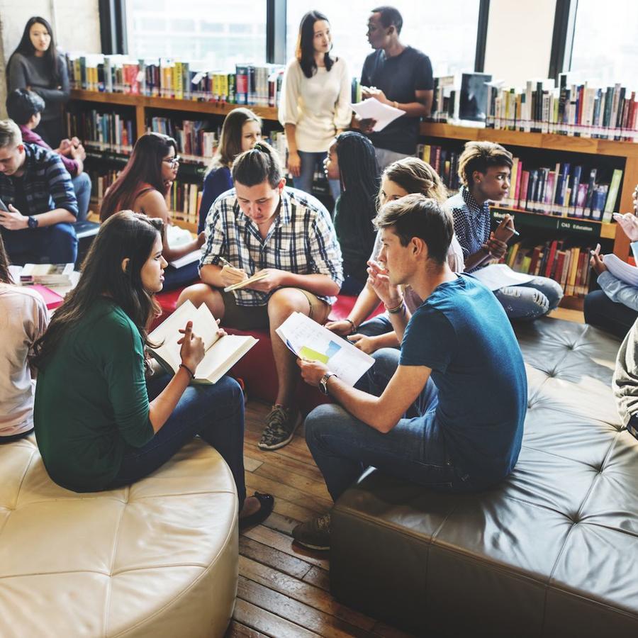 Jóvenes en biblioteca