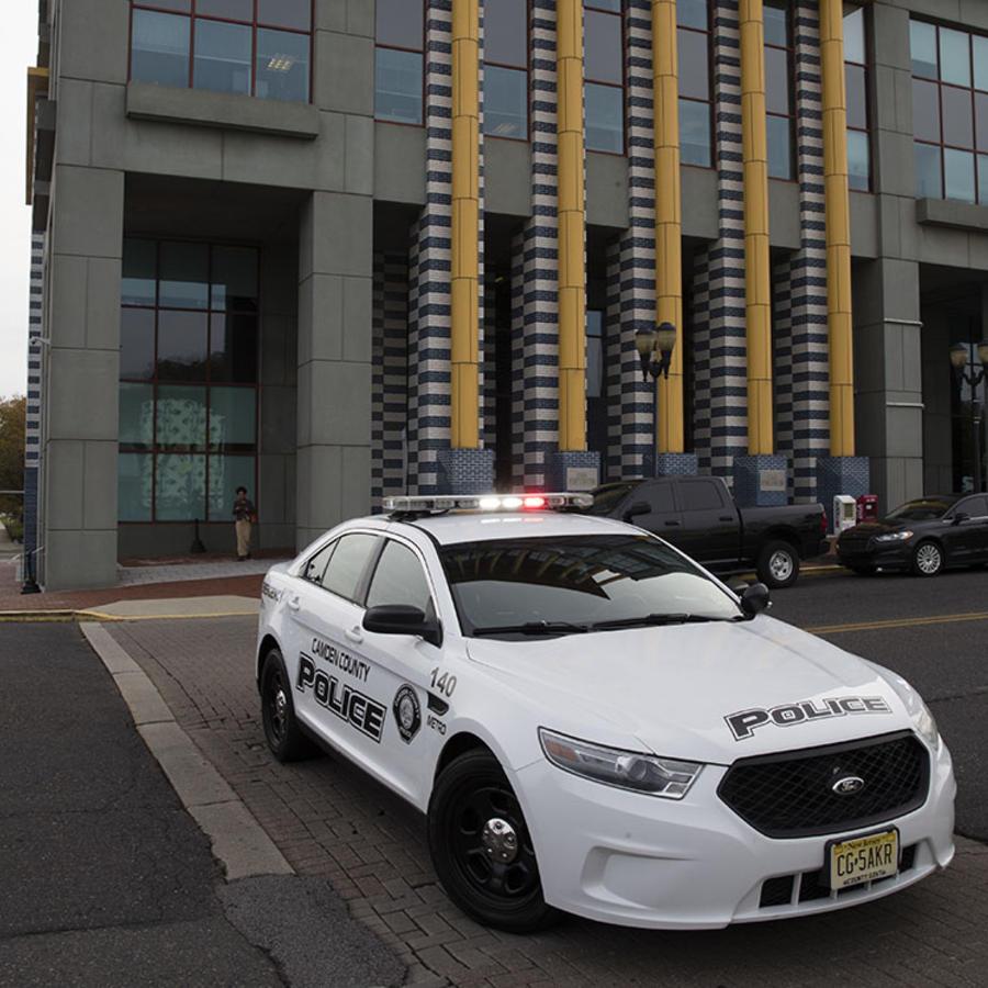 Una patrulla de policía espera en la calle.