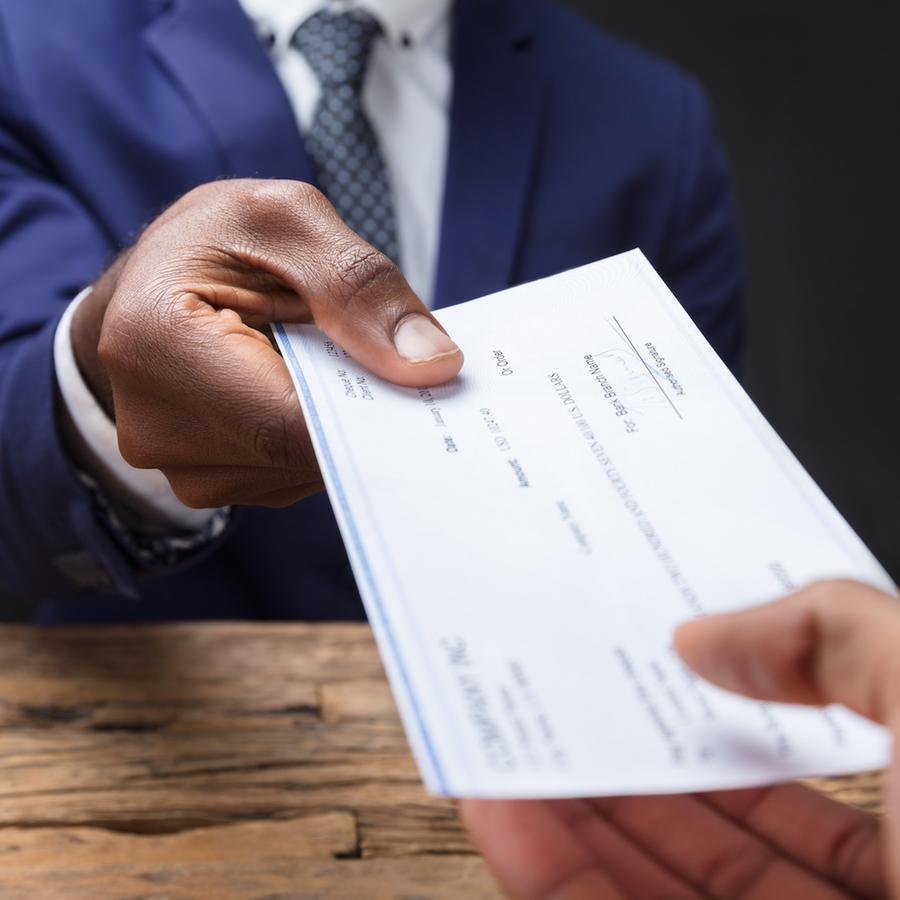 Persona entregando cheque