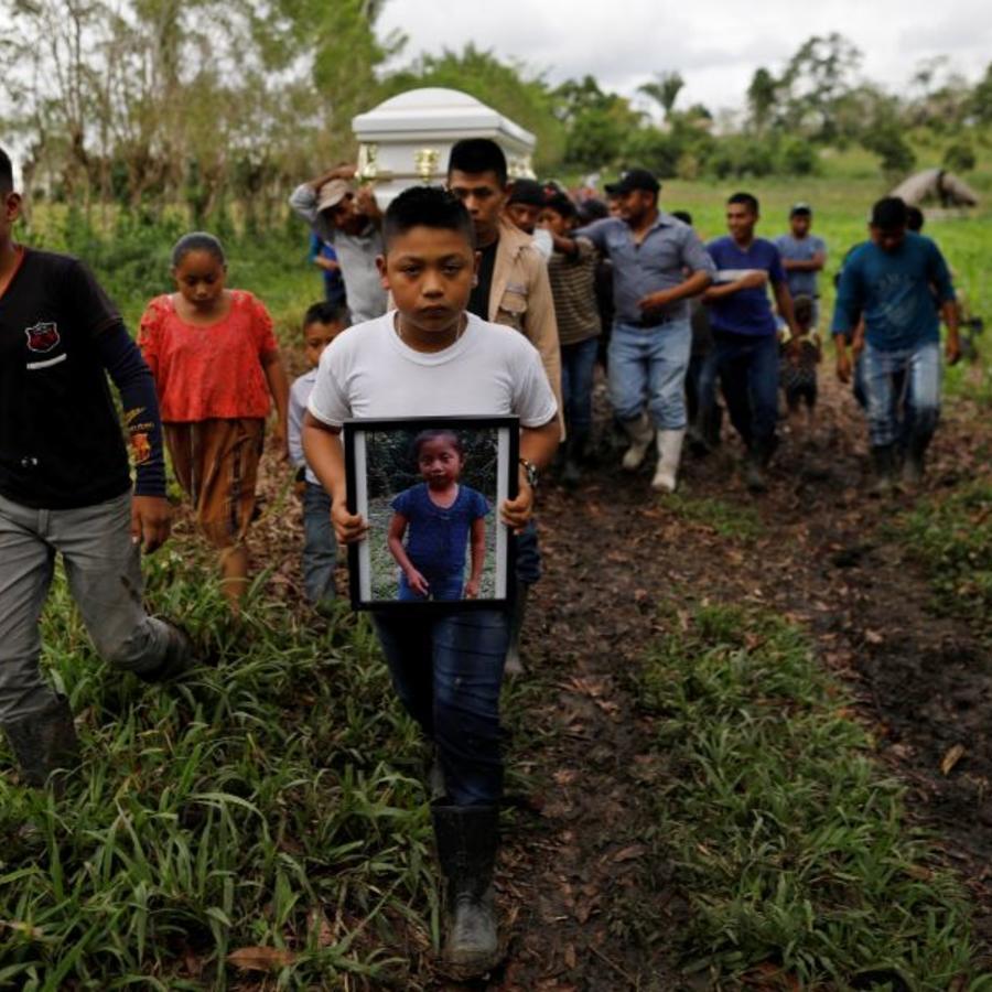 Amigos y familiares llevan el ataúd con los restos de Jakelin Caal, una niña guatemalteca de 7 años, que murió bajo custodia de la Patrulla Fronteriza.
