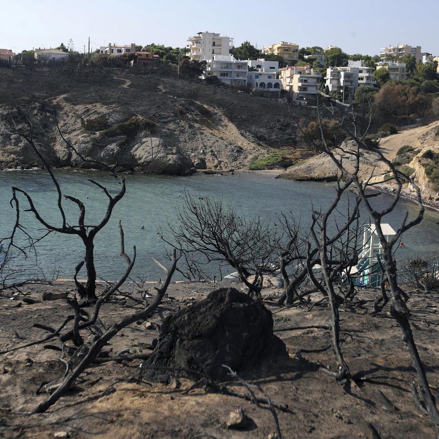 La playa de Rafina, al este de Atenas, en agosto tras un incendio que mató a decenas de personas.