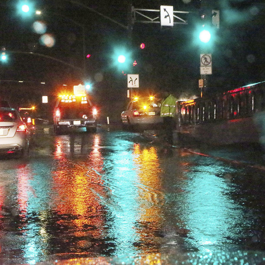 La Pacific Coast Highway quedó inundada tras la fuerte tormenta que azotó durante este fin de semana la costa oeste del país.