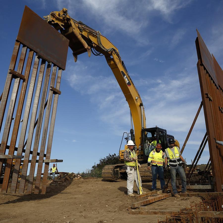 Cuadrillas de construcción instalan nuevas secciones de muro fronterizo el 9 de enero de 2019 en Tijuana, México.