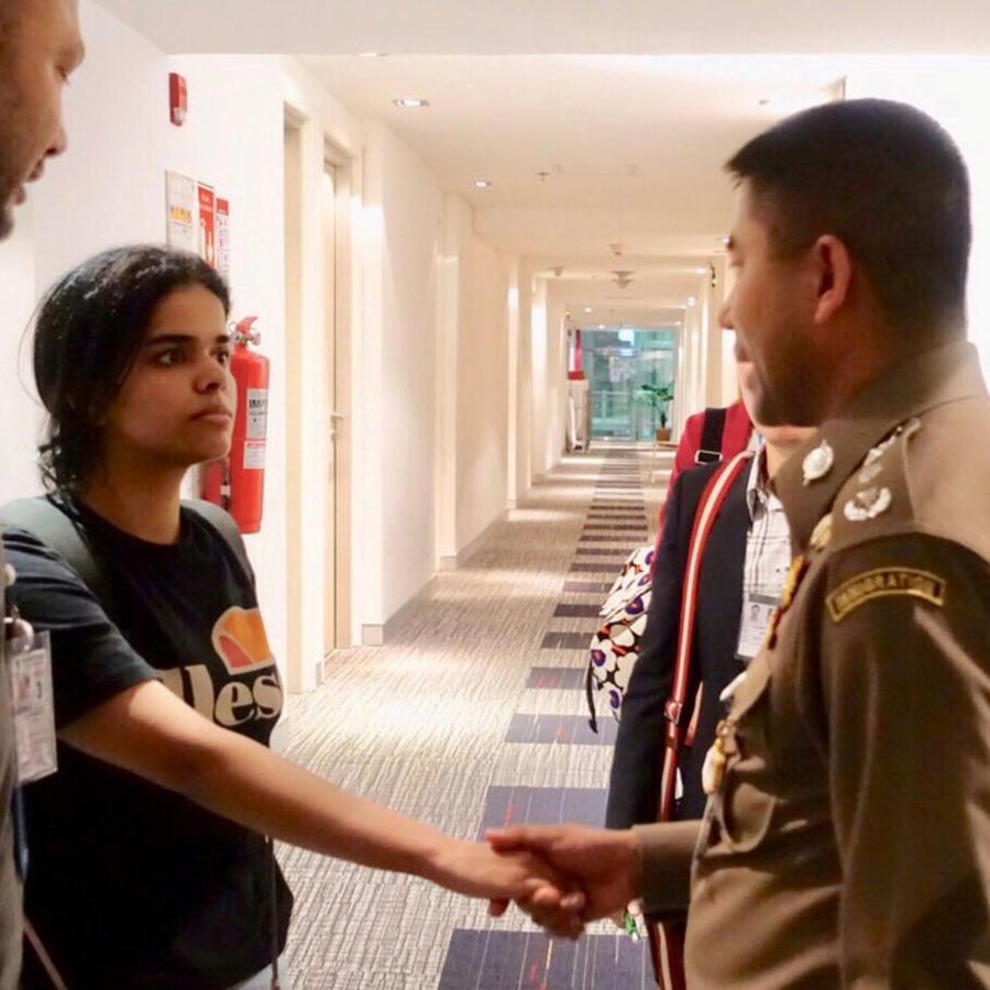 En esta imagen del 7 de enero de 2019, Rahaf Mohammed Al-Qunun, la joven de 18 años que se encerró en el cuarto de un hotel en Bangkok, Tailandia para evitar ser deportada. La saudí asegura dice que se escapó porque temía que su familia la matara