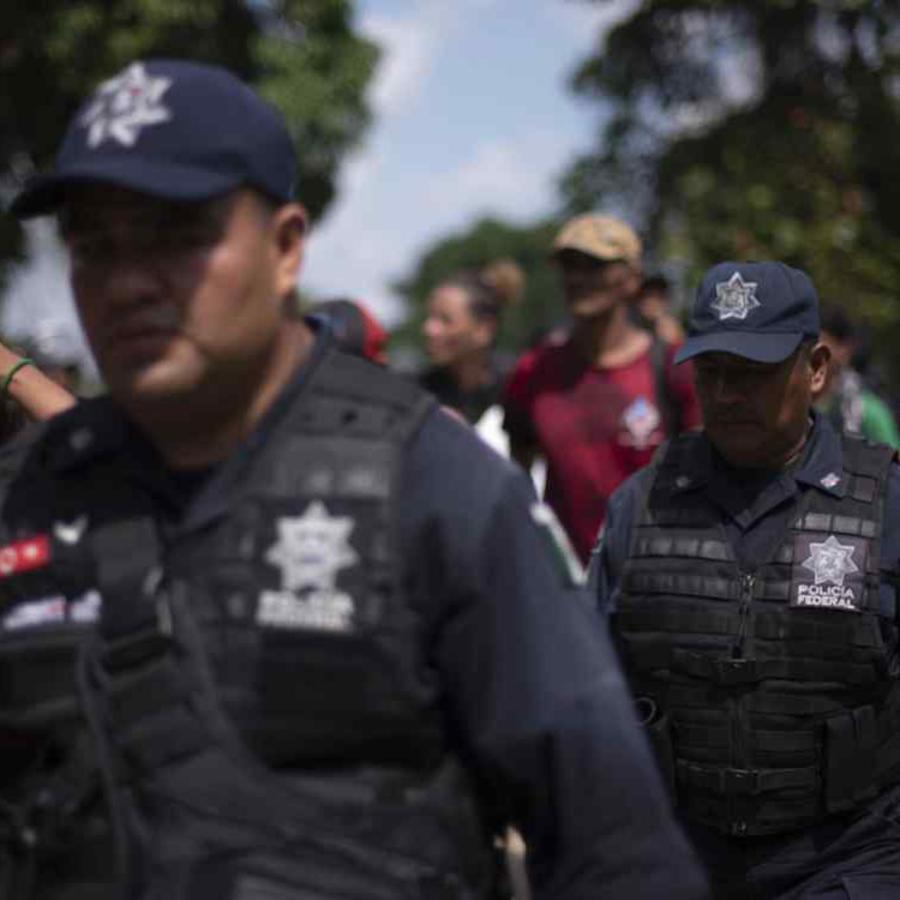 Policías mexicanos escoltan a una caravana de migrantes el pasado octubre.