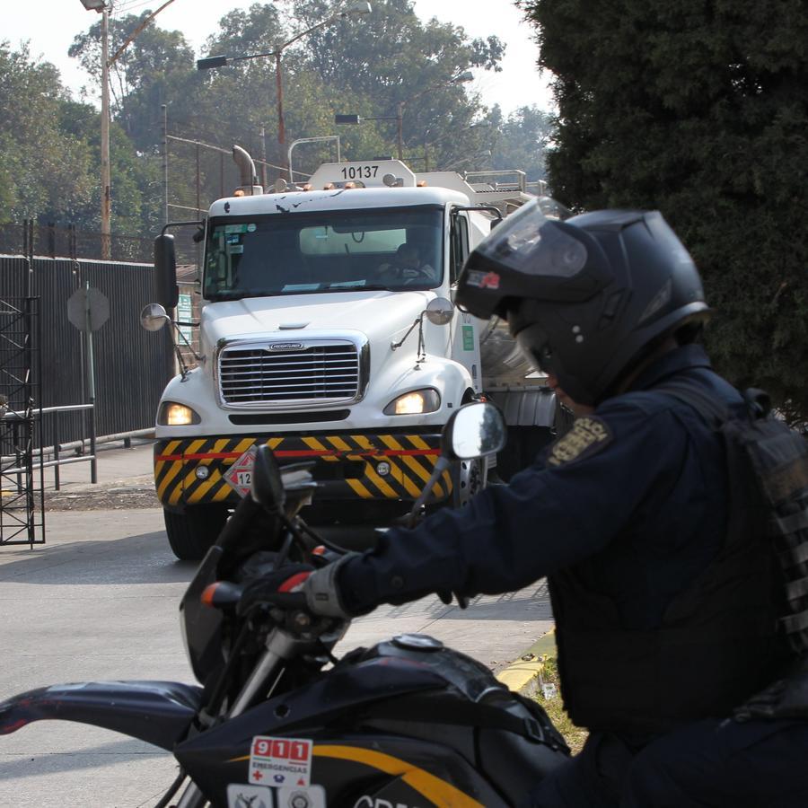 Militares inspeccionan la salida de camiones cisterna cargados con combustible de un centro de distribución en Ciudad de México.