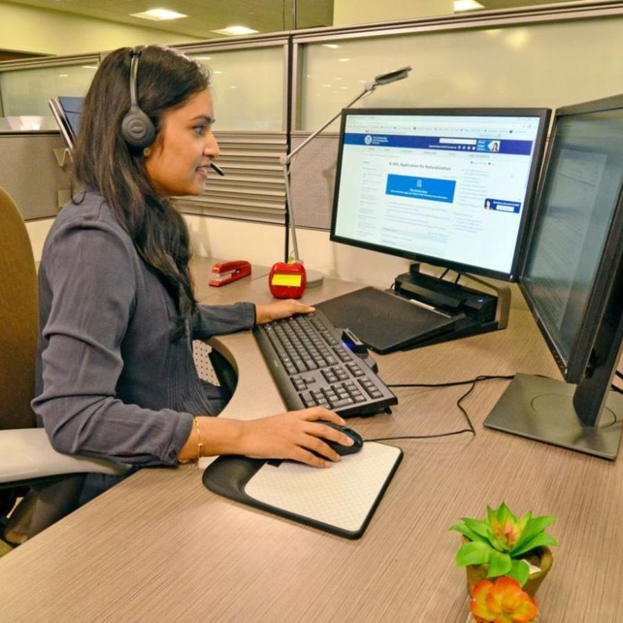 Una trabajadora del servicio de Inmigración en una imagen de archivo