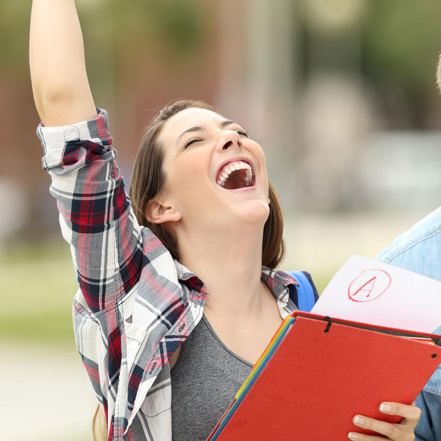 Estudiantes celebrando