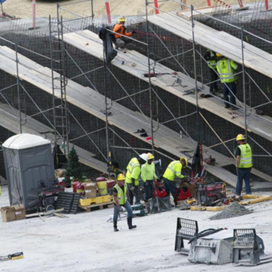 Trabajadores de la construcción en una obra en el estado de California.