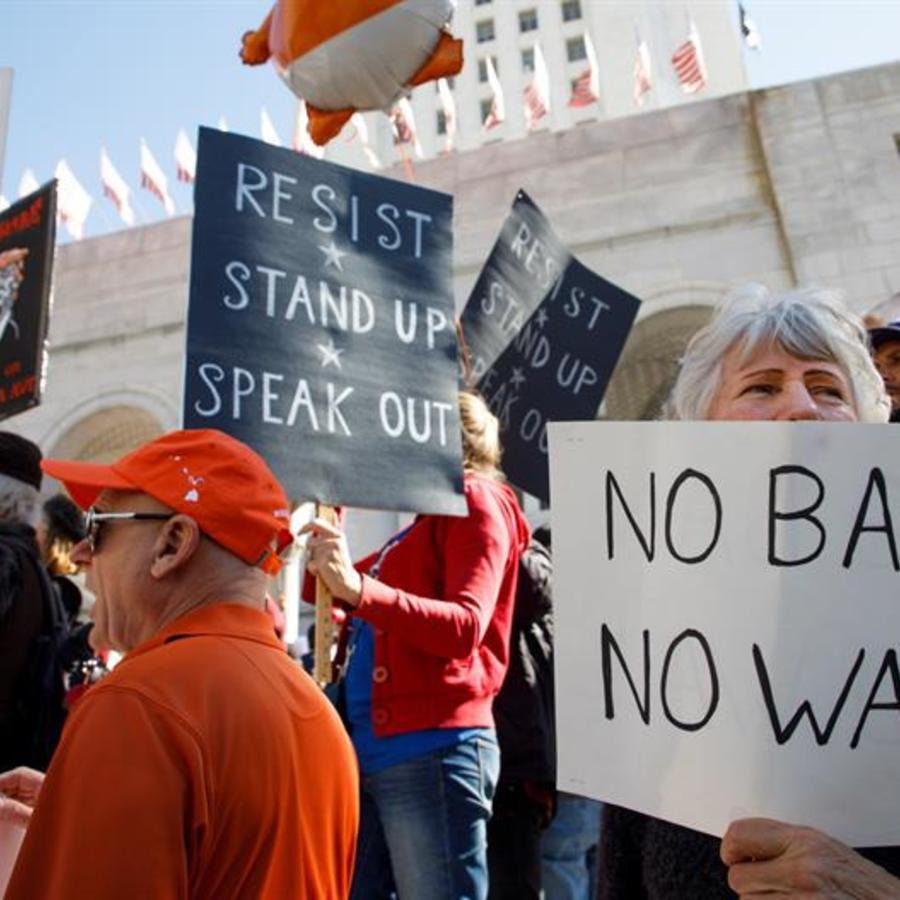 Personas se manifiestan en Los Ángeles en contra de la declaración de emergencia del presidente Trump para construir el muro fronterizo.