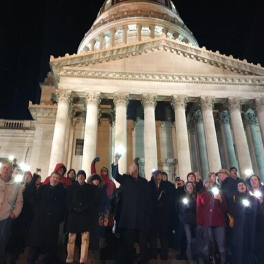 Cientos de docentes en una vigía en las afueras del Capitolio de Charleston, en Virginia Occidental.