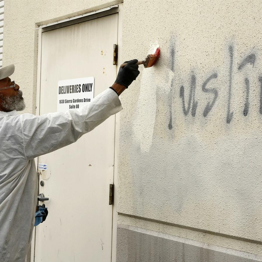 Willie Lawson pinta sobre graffiti racistas en el lado de una mezquita en lo que los funcionarios calificaron de un aparente crimen de odio el 1 de febrero de 2017, en Roseville, Califor