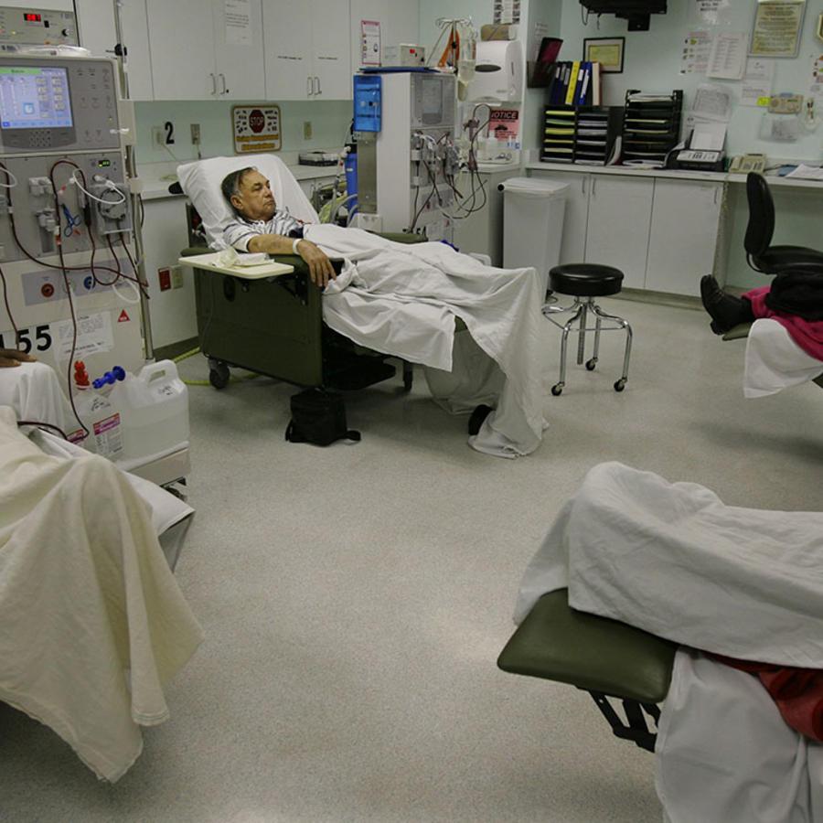Un inmigrante recibe un tratamiento de diálisis en el Centro Médico Universitario de Las Vegas.