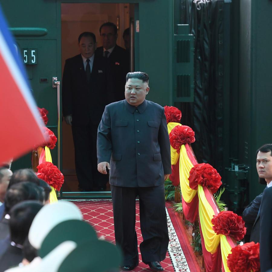 El líder norcoreano, Kim Jong-un, sale del tren que lo llevó a Vietnam para reunirse con Trump
