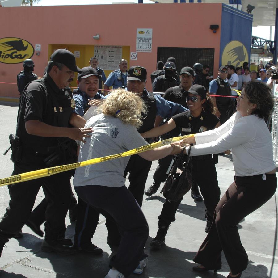 Fotografía de archivo de un grupo de policías en un escena del crimen en México