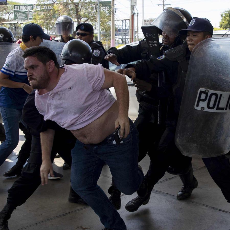 Un detenido con violencia hoy durante protestas en Nicaragua