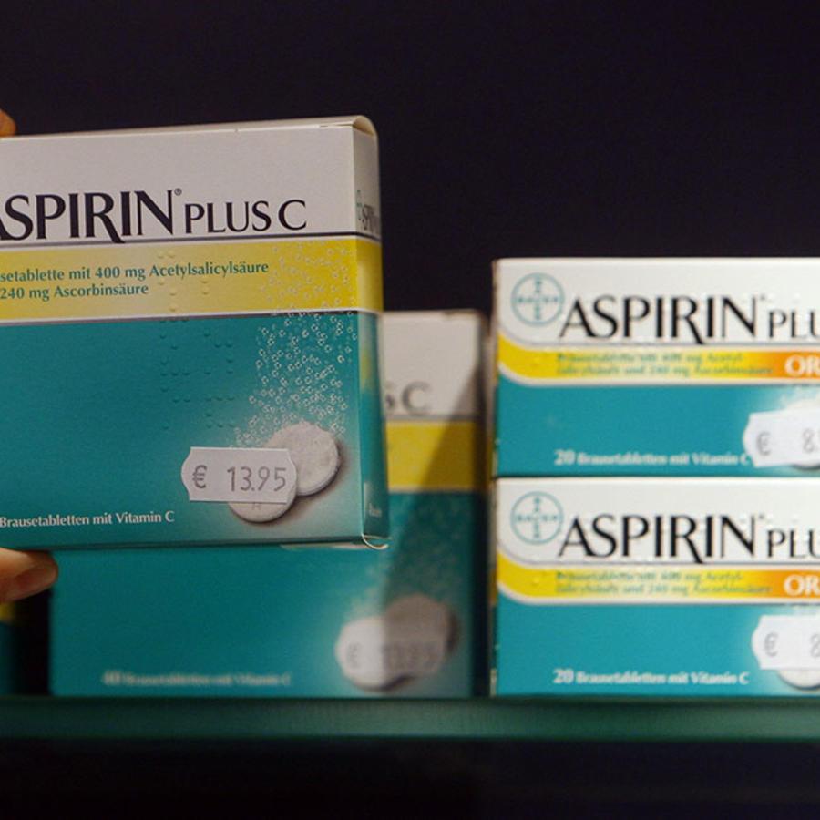 Varias cajas de aspirina permanecen en un mostrador de una farmacia.