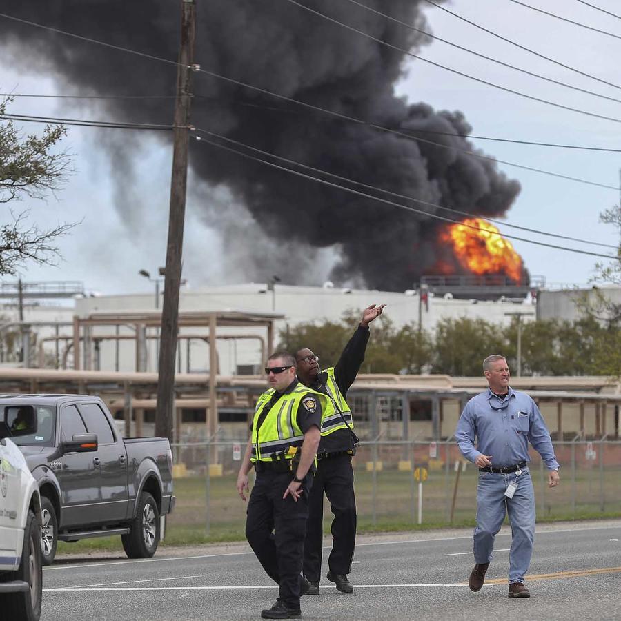 El incendio en la planta petroquímica en Deer Park, al este de Houston, Texas, el 17 de marzo del 2019