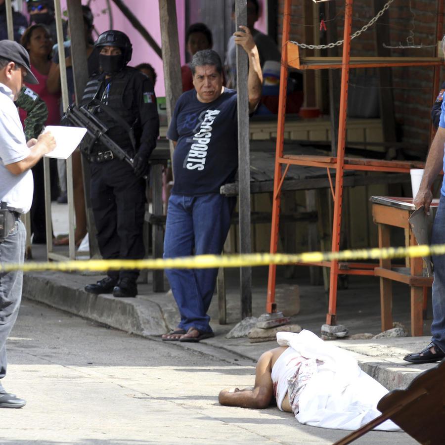 La policía investiga un asesinato en Acapulco en enero de 2019.