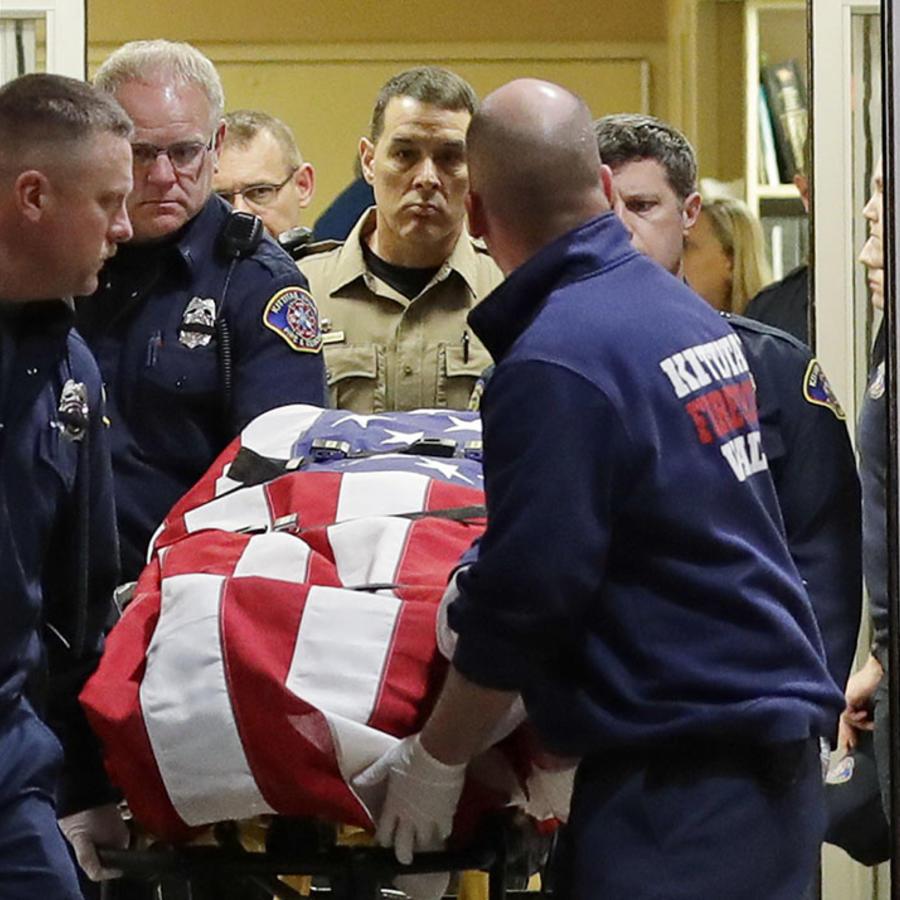 El ataúd del oficial Ryan Thompson es cubierto con una bandera de Estados Unidos.