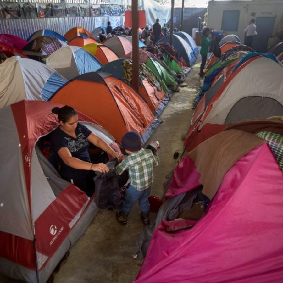Una migrante junto a su hijo el pasado 5 de marzo dentro de un refugio para inmigrantes en Tijuana, México. Después de huir de la violencia en El Salvador y de solicitar asilo en los Estados Unidos, la familia fue devuelta a Tijuana para esperar su audien