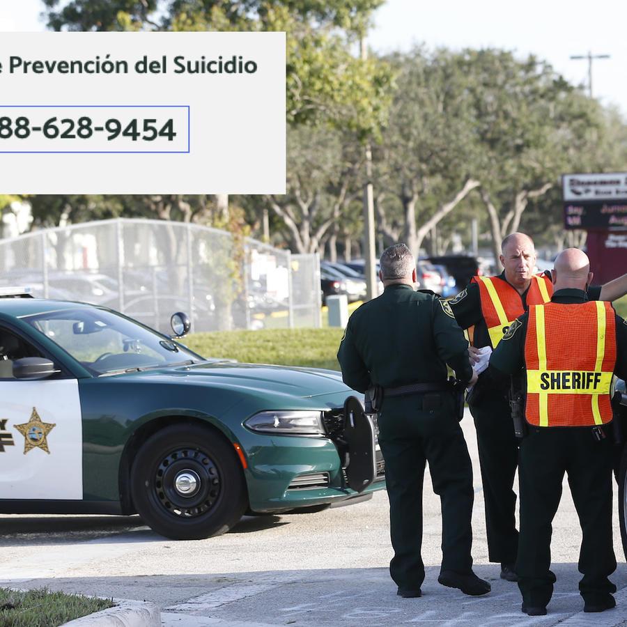 Imagen de archivo de policías junto a la escuela de Parkland en agosto de 2018. A la izquierda, el teléfono de ayuda contra el suicidio.
