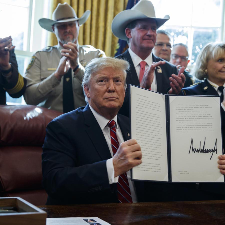 Donald Trump firma el 15 de marzo en la Casa Blanca su veto a la ley del congreso contra su declaración de emergencia en la frontera.
