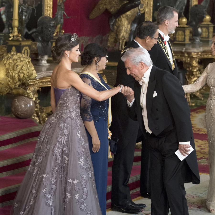 En esta fotografía de archivo del 27 de febrero de 2019, el escritor peruano Mario Vargas Llosa toma la mano de la reina Letizia de España