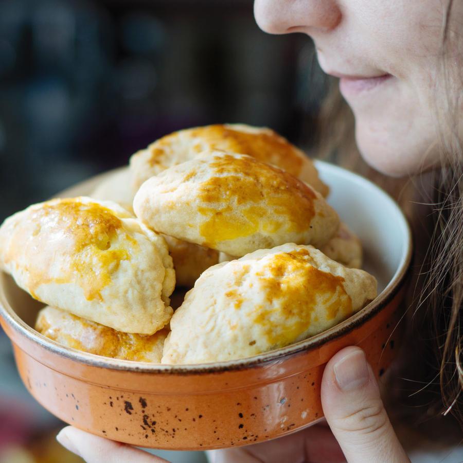 Mujer oliendo empanadas