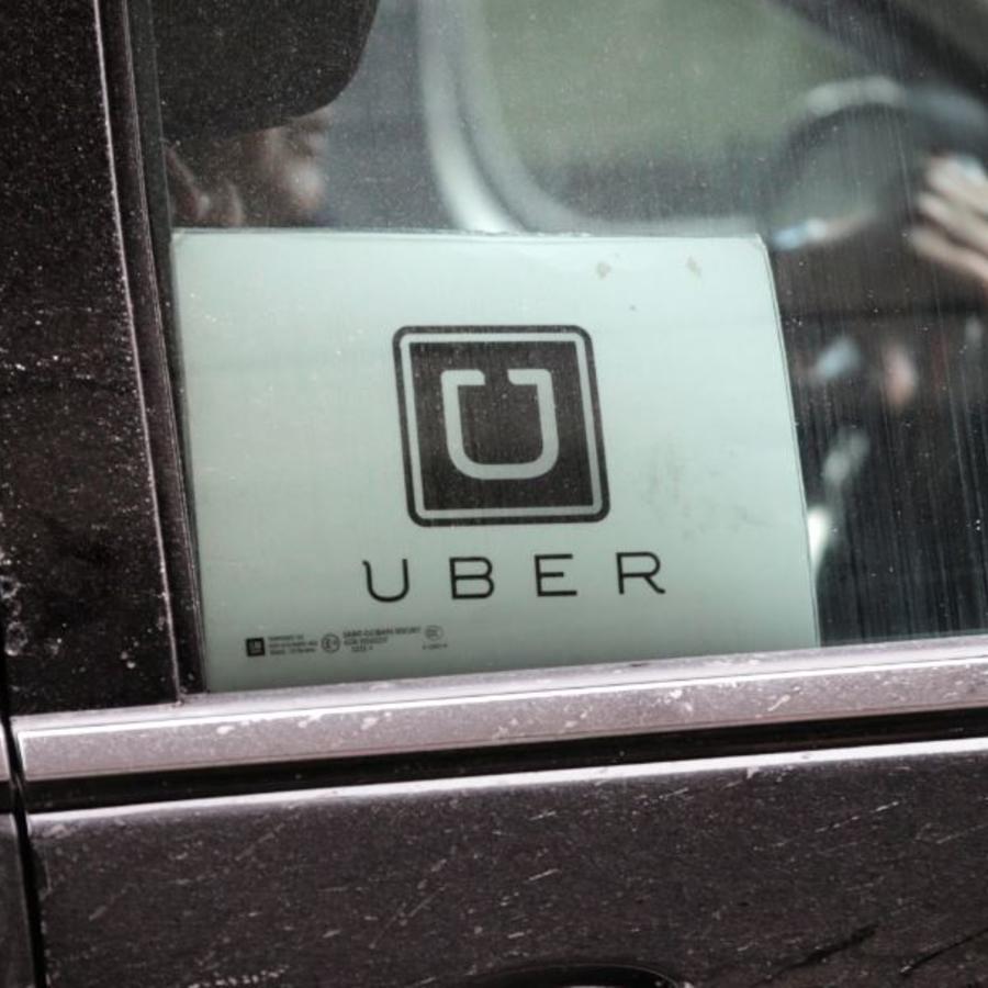 Un automovil muestra una identificación de Uber.