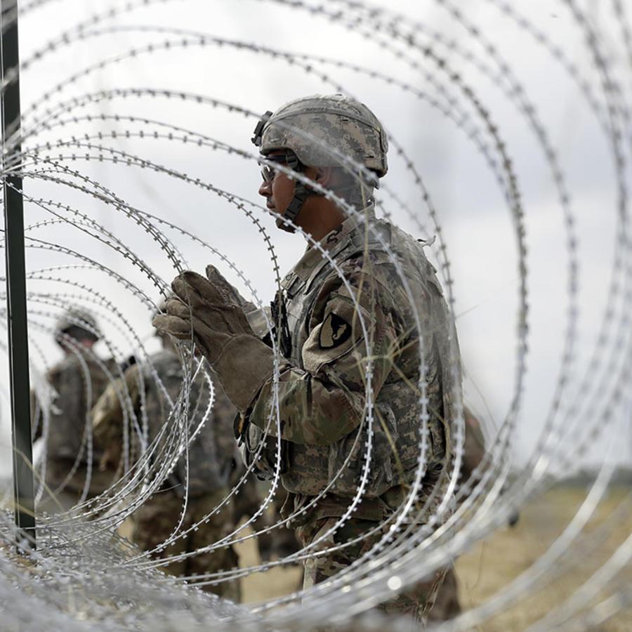 Soldados estadounidenses refuerzan una cerca con alambre de púas en Donna, Texas.