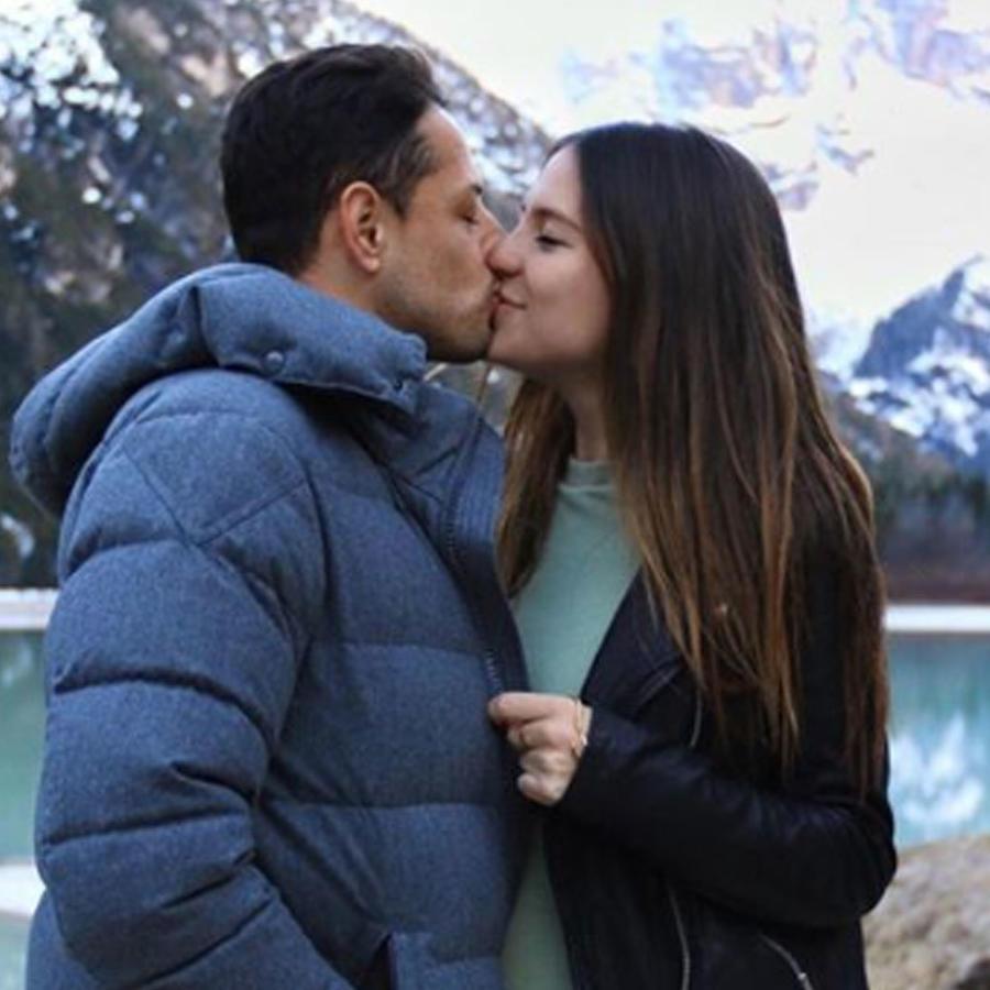 """Javier """"Chicharito"""" Hernández y su esposa Sarah Kohan dándose un beso"""