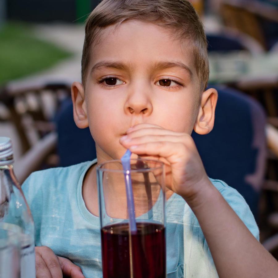 Niño tomando refresco