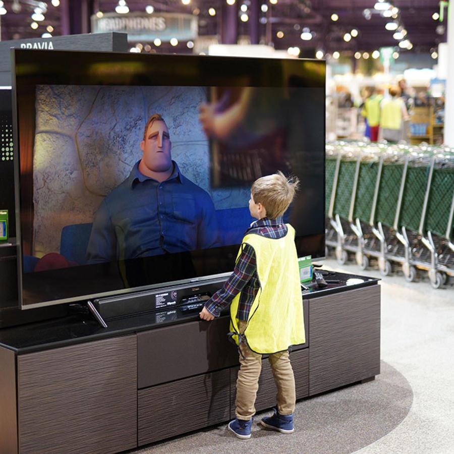 Un niño observa televisión en un centro comercial en Nebraska.