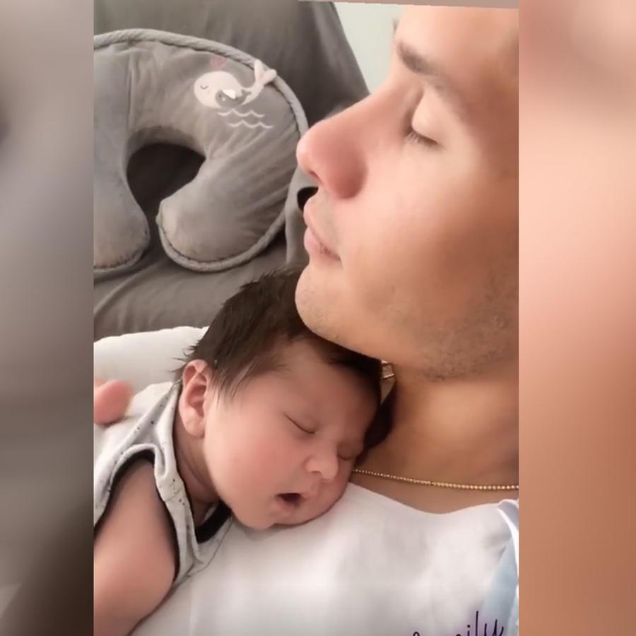 Chyno Miranda con su bebé Lucca abrazados