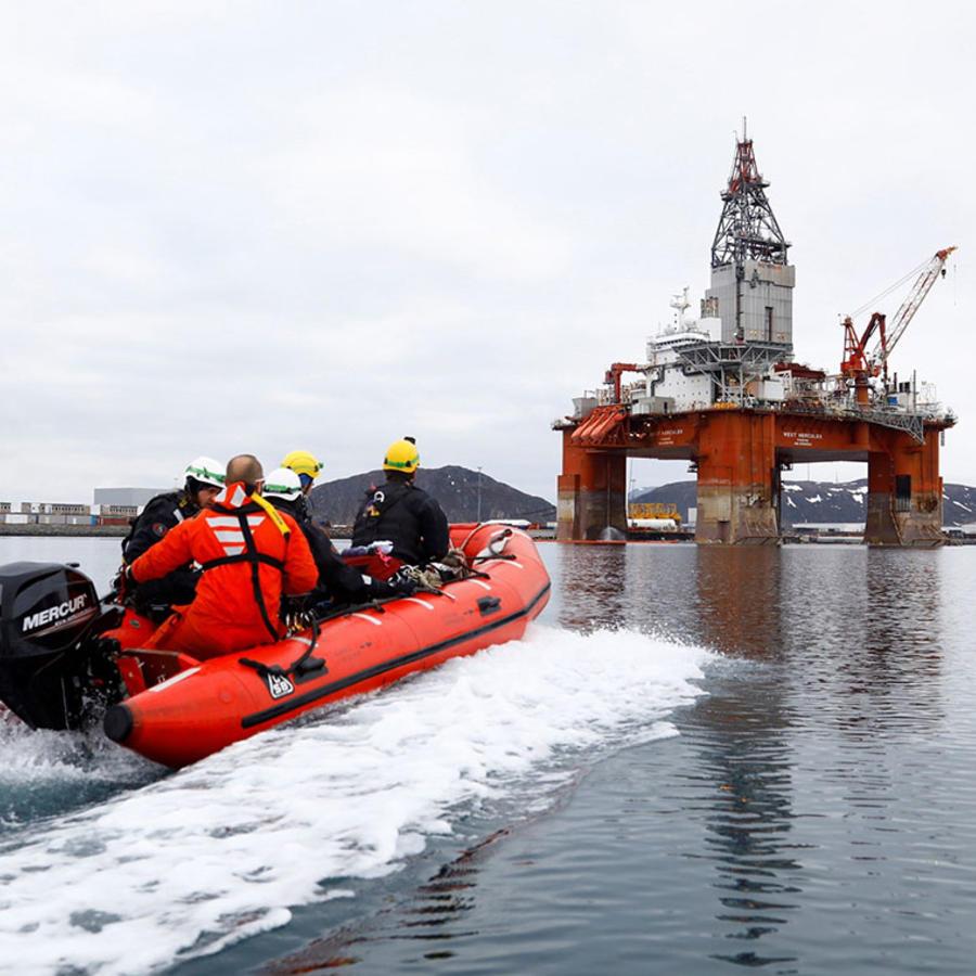 Greenpeace Activistas de la organización ecologista Greenpeace se acercan en lancha a la plataforma de perforación submarina West Hercules, en Hammersfest, Noruega. contra una torre de perforación en Noruega