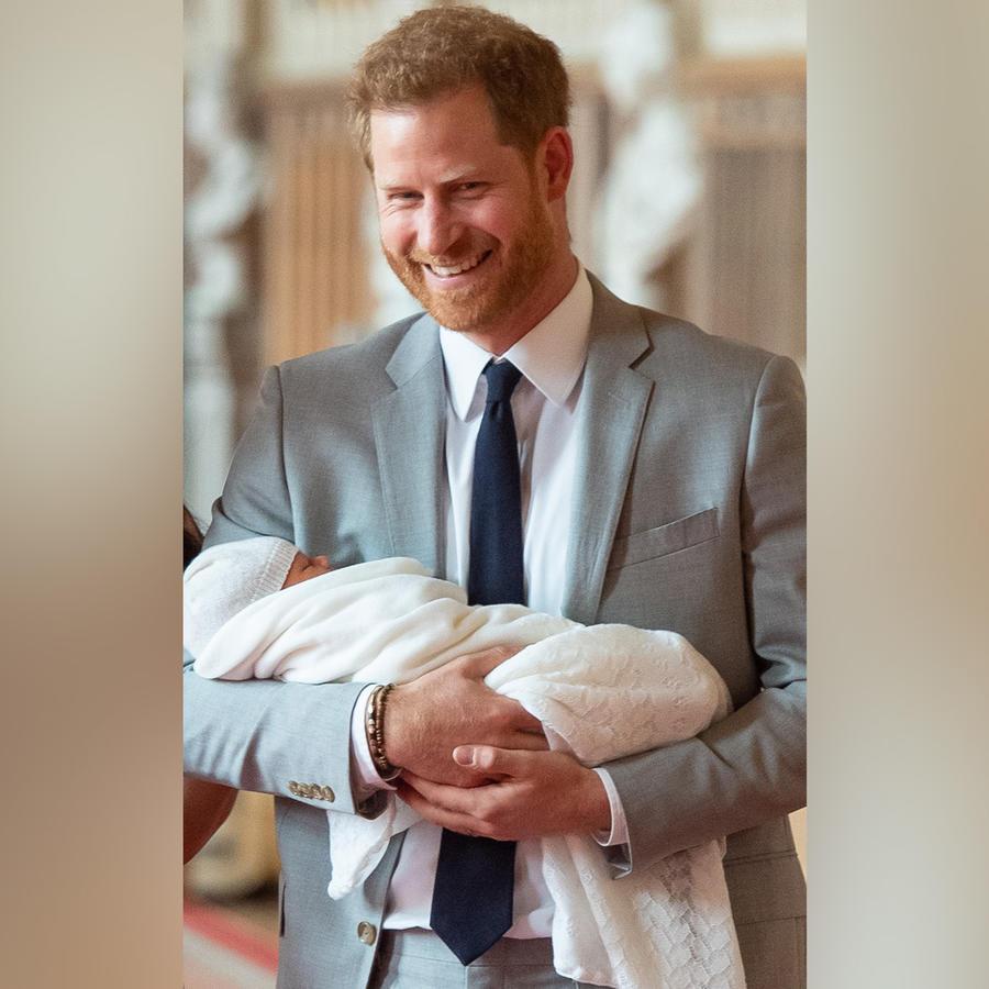 El príncipe Harry presentando a su bebé en el castillo de Windsor