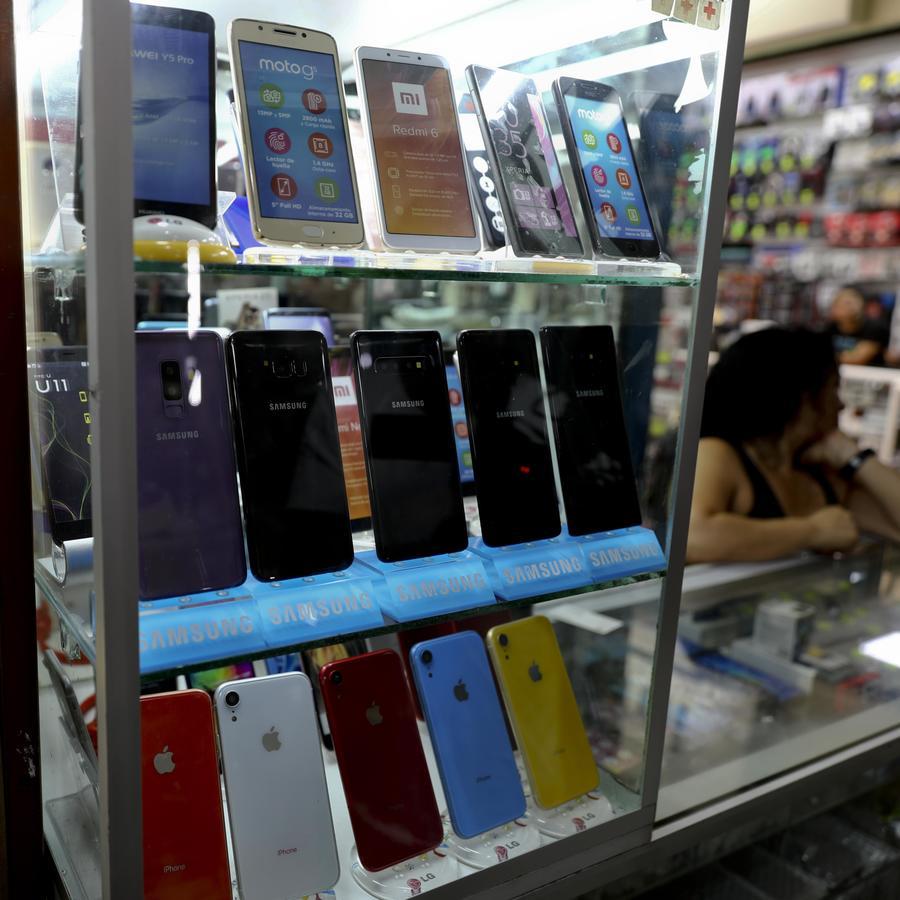 En esta fotografía se muestra un escaparate con teléfonos falsos en una tienda de electrónicos de la Ciudad de México
