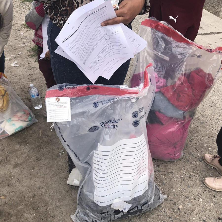 Inmigrantes con sus pertenencias en bolsas recién llegados a la estación de autobuses de San Bernardino (California) donde les liberan las autoridades federales.