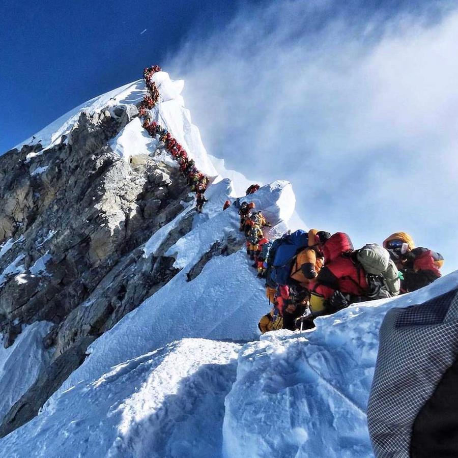Fila de escaladores para subir el Monte Everest en mayo de 2019