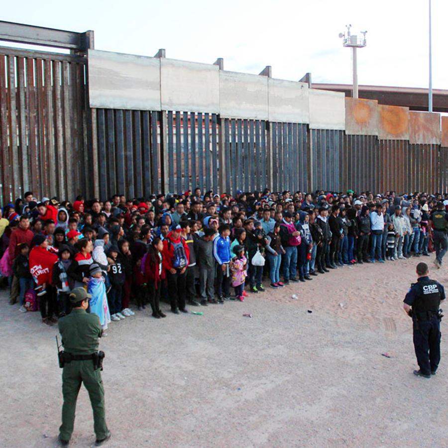 Las autoridades migratorias custodian a cerca de 1000 inmigrantes que cruzaron la frontera ilegalmente a través de El Paso, Texas.