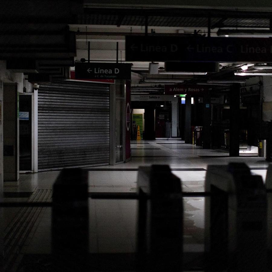 Pasillos del metro de Buenos Aires durante el apagón masivo que dejó a millones de personas sin electricidad.