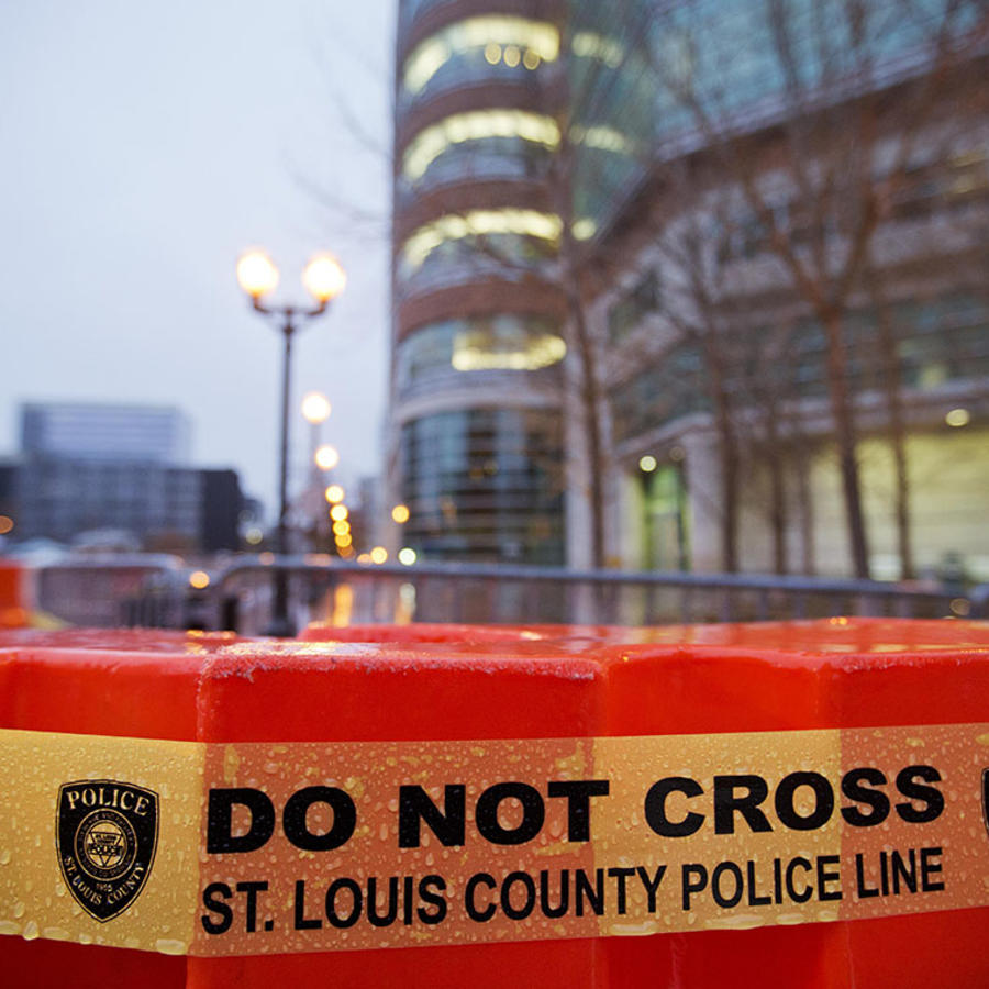 Barricadas de la policía de St. Louis cubren una zona cercana a ferguson.