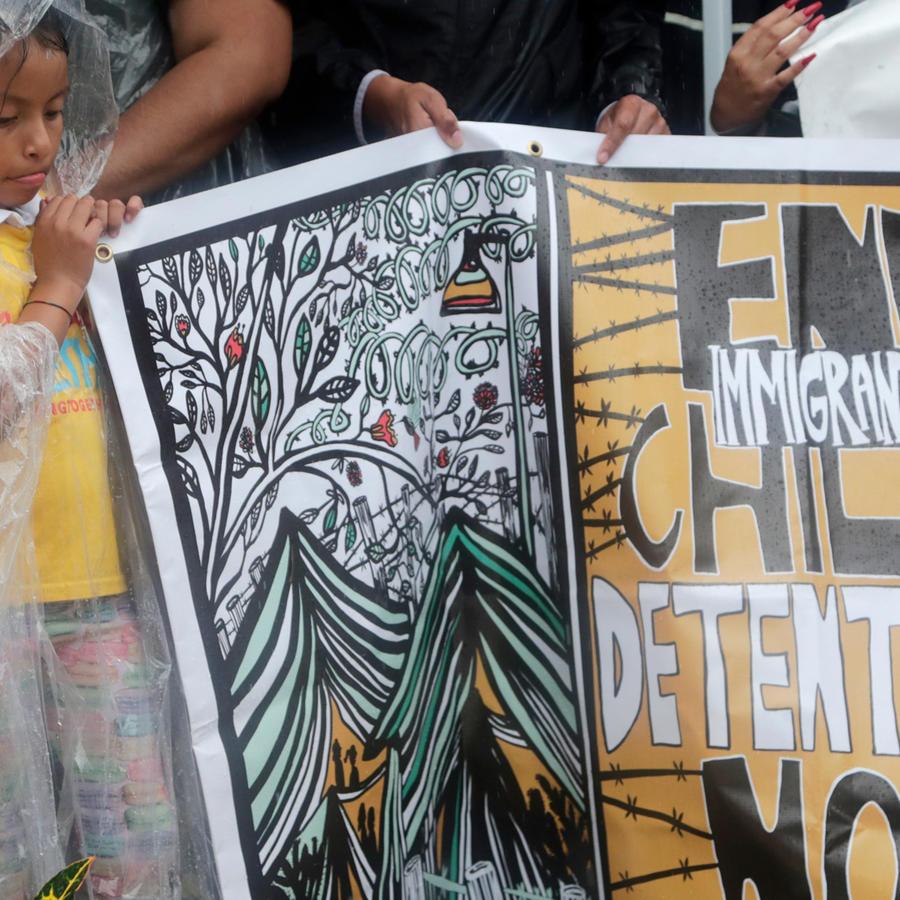 Un niño pide que cesen las detenciones de menores inmigrantes en una imagen de archivo