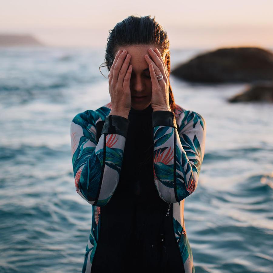 Mujer triste en la playa