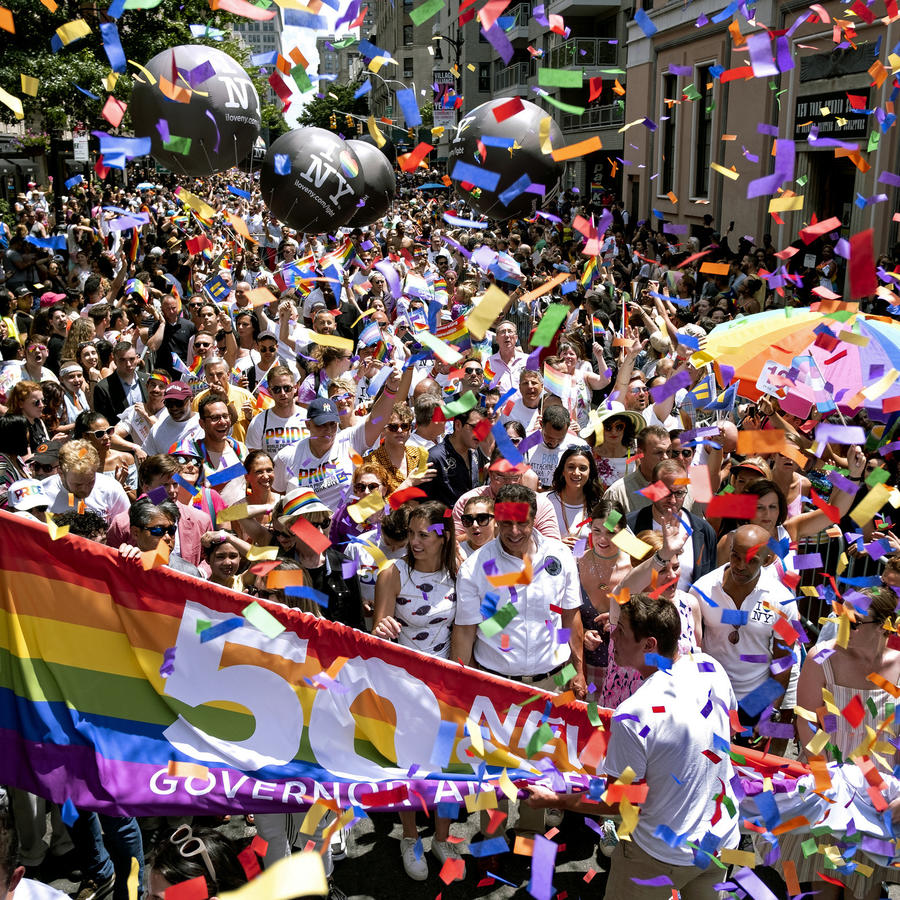 El gobernador de Nueva York, Andrew Cuomo, abajo al centro, participa en la marcha del Orgullo LGBTQ en la ciudad de Nueva York, el domingo 30 de junio de 2019.