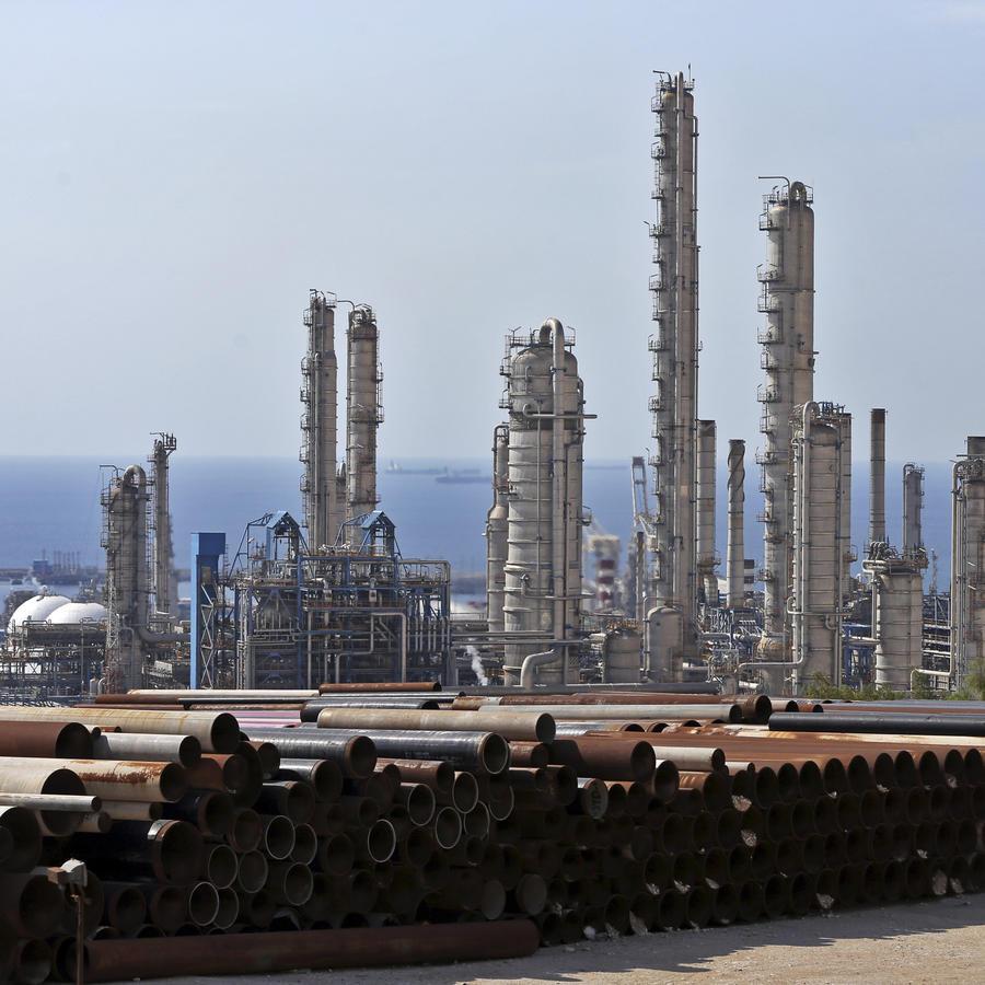 En esta imagen del 19 de noviembre de 2015 se muestra una vista general de un complejo petroquímico en el yacimiento de gas South Pars en Asaluyeh, Irán, en la costa norte del Golfo Pérsico.