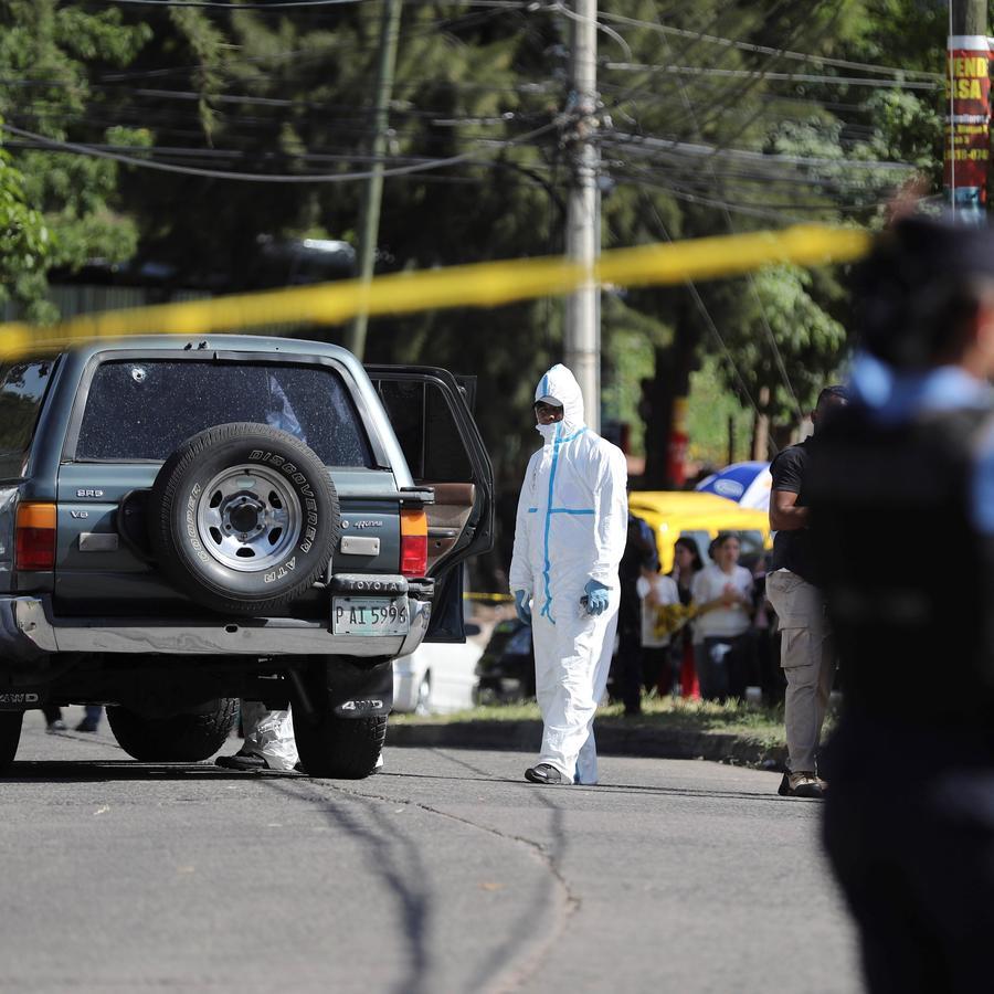 Peritos investigan la escena del asesinato del exalcalde de Tegucigalpa, Óscar Roberto Acosta en Tegucigalpa (Honduras) en julio del año pasado.